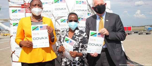 Ministra da Tanzânia (esq.) recebe doação de lote de vacinas pelo sistema Covax