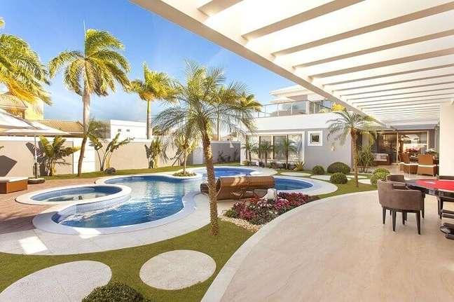 2. Área de lazer com piscina moderna e pergolado de concreto. Fonte: Iara Kílaris