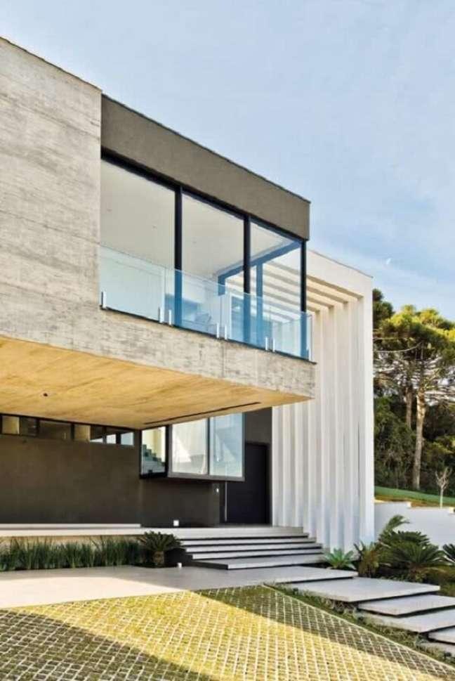 52. Traga um toque de sofisticação para a fachada do imóvel fazendo uso do pergolado de concreto. Fonte: CASASUL