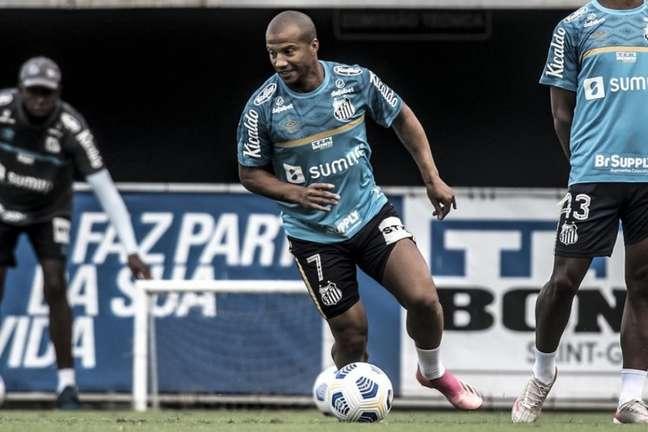 Carlos Sánchez deve voltar ao Santos na partida contra o Juventude (Foto: Ivan Storti)