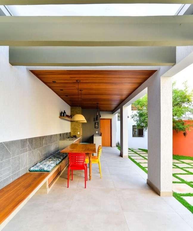 51. Varanda gourmet com pergolado de concreto pré moldado. Fonte: Mateus Castilho
