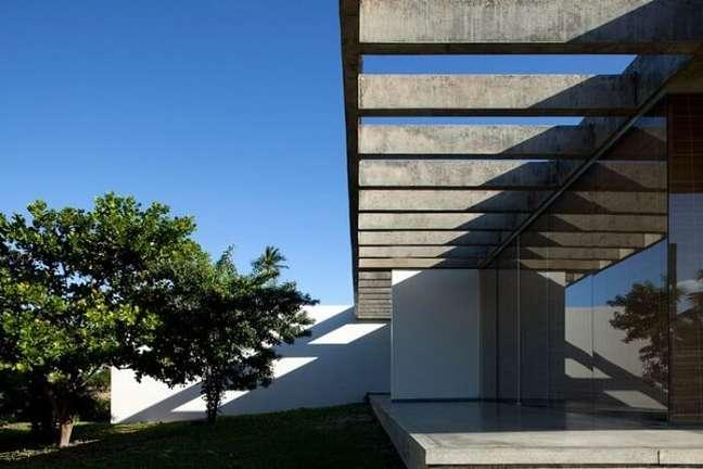 3. O pergolado de concreto é uma estrutura decorativa que ameniza a incidência solar. Fonte: Decoração e Projetos