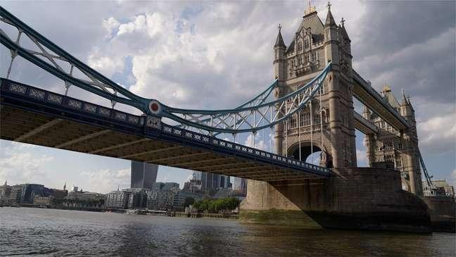 Aidan Minter estava atravessando a ponte Tower Bridge, no centro de Londres, em direção a uma reunião de negócios, quando avistou corpo boiando no rio Tâmisa