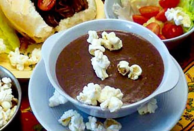 Sopa de feijão com pipocas