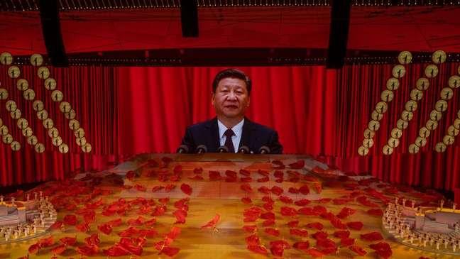 Xi Jinping aparece em tela gigante durante eventos que celebraram os 100 anos do Partido Comunista Chinês