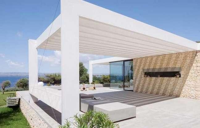 33. Crie ambientes diferenciados com o pergolado de concreto pré moldado. Fonte: Westwing
