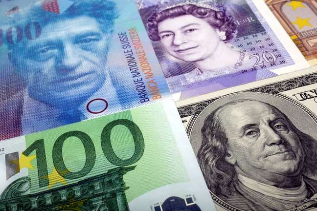 Notas de dólar, franco suíço, libra esterlina e euro  26/01/2011 REUTERS/Kacper Pempel