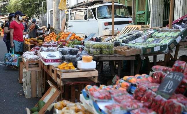 Consumidores fazem compras em mercado de rua do Rio de Janeiro 02/09/2021 REUTERS/Ricardo Moraes