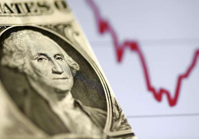 Nota de dólar dos EUA em frente a gráfico de ações 07/11/2106 REUTERS/Dado Ruvic