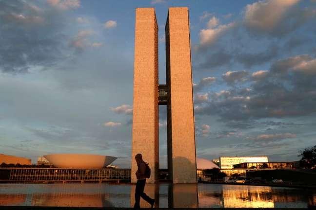 Pessoa passa em frente ao prédio do Congresso Nacional em Brasília 19/03/2021 REUTERS/Ueslei Marcelino
