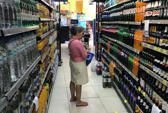 Pessoa procura bebida em supermercado no Rio de Janeiro 10/05/2019 REUTERS/Pilar Olivares