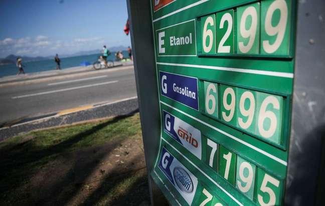 Preços de combustíveis em posto na praia de Copacabana, no Rio de Janeiro 24/09/2021 REUTERS/Ricardo Moraes