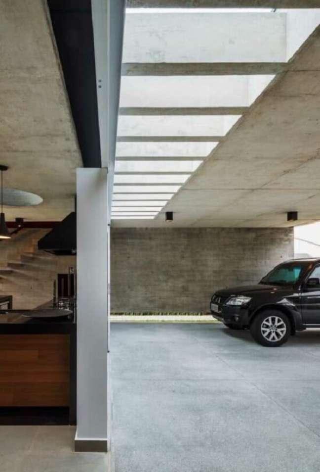 43. Pergolado de concreto garagem facilita a entrada de luz natural no ambiente. Fonte: Decor Fácil