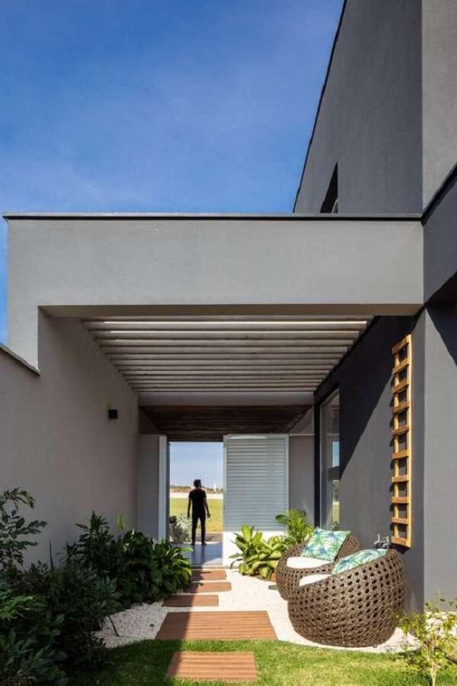 31. O pergolado de concreto agrega valor na arquitetura do imóvel. Fonte: Archdaily