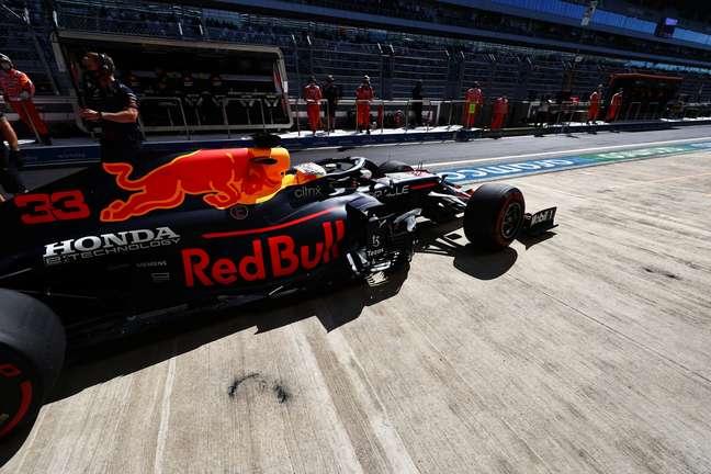Max Verstappen ficou atrás da Mercedes no treino livre 1 em Sóchi