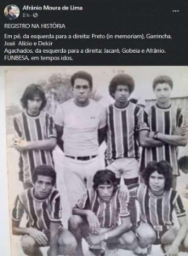 Garrincha (camisa branca) ao lado de jogadores de futsal (Foto: Reprodução/Facebook)