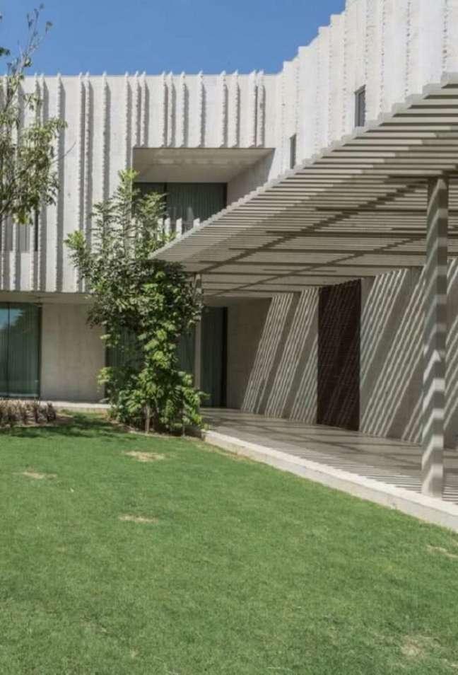 46. Pergolado de concreto com vigas estreitas. Fonte: Decor Fácil