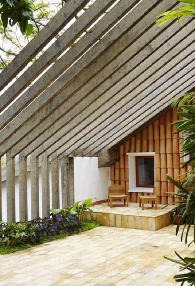 17. Arquitetura ousada com fachada com pergolado de concreto inclinado. Fonte: Decor Fácil