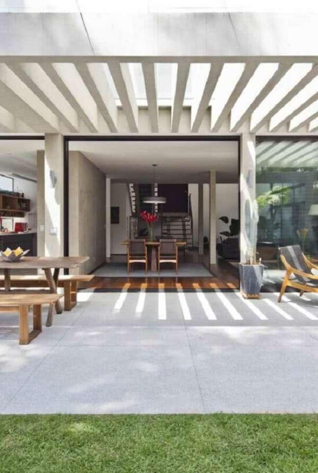 13. A área com pergolado de concreto com vidro pode ser usada até em dias de chuva. Fonte: Decor Fácil