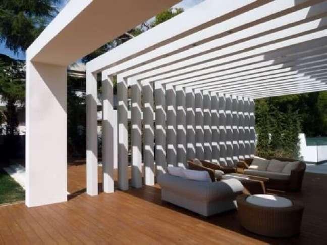37. O espaçamento das vigas do pergolado de concreto pode variar de acordo com o local onde ele será instalado. Fonte: Decorei