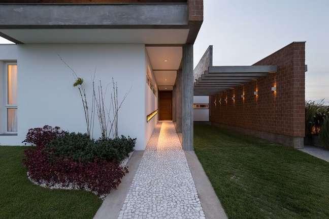 22. Casa com garagem com pergolado de concreto. Fonte: Eduardo Paiva