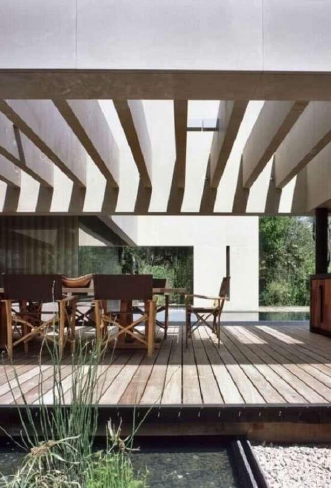 19. Área gourmet aconchegante e pergolado de concreto com vidro. Fonte: Decor Fácil