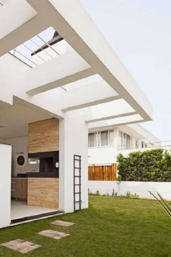 40. O pergolado de concreto na parede ganhou acabamento branco. Fonte: Decor Fácil