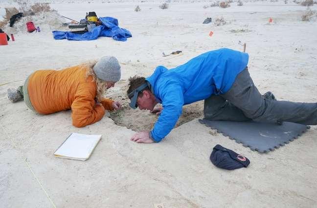 Pesquisadores analisam sedimentos na região das pegadas em White Sands, no Novo México
