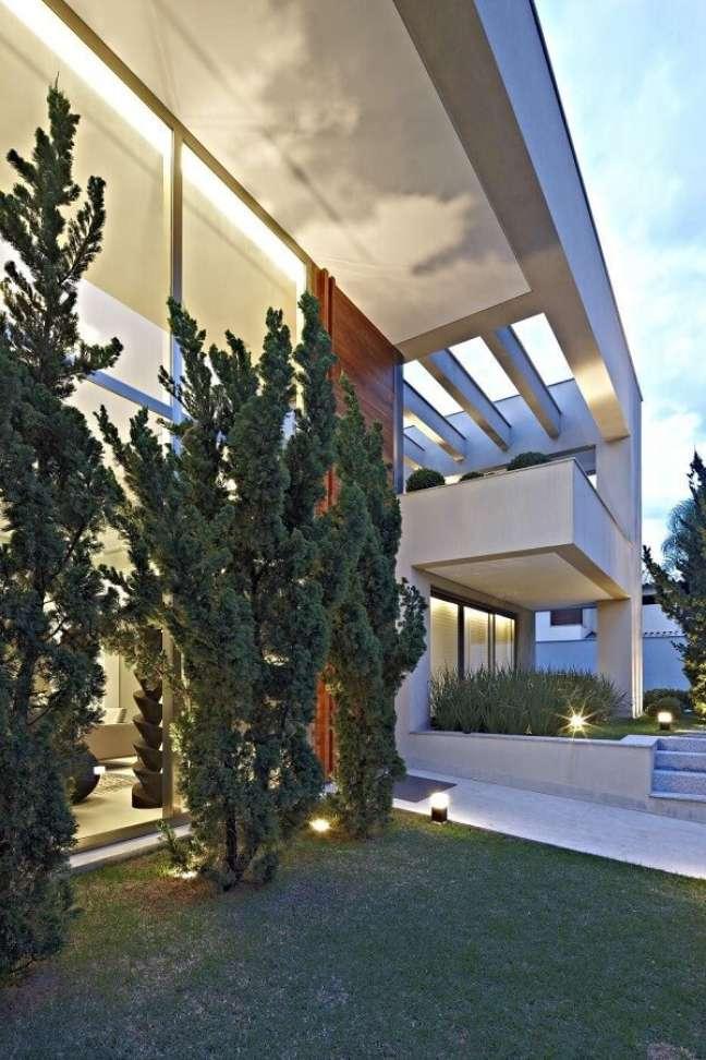 35. Fachada com pergolado de concreto pré moldado e luminárias metálicas. Fonte: Gislene Lopes