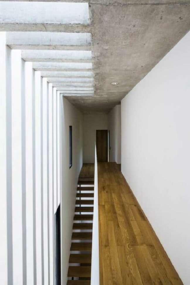 9. O aconchego do piso de madeira se mistura com a seriedade do pergolado de concreto. Fonte: Dezeen