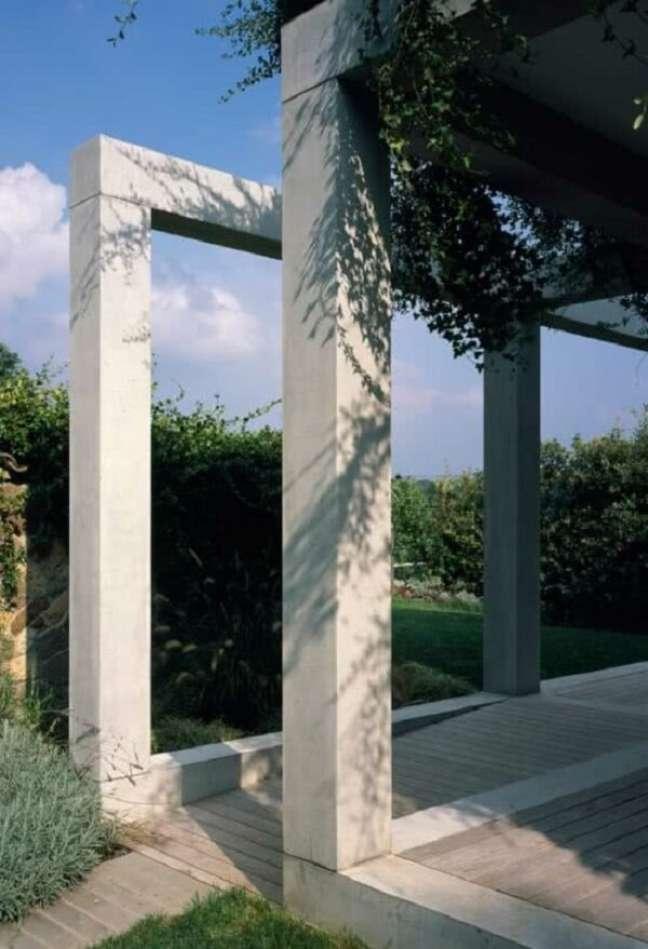 32. Cultive plantas trepadeiras para que elas possam usar a estrutura do pergolado de concreto como apoio. Fonte: Decor Fácil