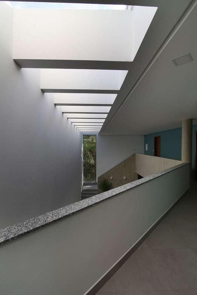 34. O pergolado de concreto facilita a entrada de vento e luz natural no imóvel. Fonte: Mutabile Arquitetura