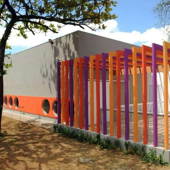 29. Fachada com pergolado de concreto colorido. Fonte: Triplex Arquitetura