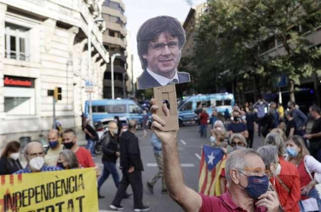 Protesto em Barcelona contra prisão de Carles Puigdemont na Sardenha