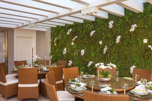 11. Jardim vertical e pergolado de concreto decoram o ambiente. Fonte: Wattpad