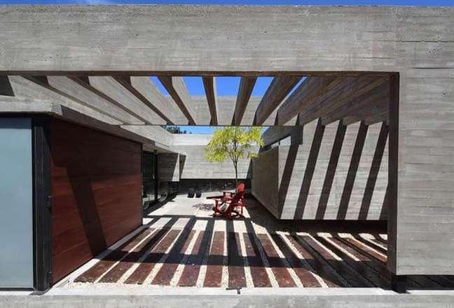 25. Até a sombra do pergolado de concreto garagem traz um charme especial para a arquitetura do imóvel. Fonte: Ideias Decor