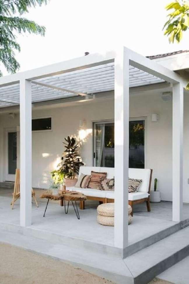 49. Terraço acolhedor com móveis de madeira e pergolado de concreto. Fonte: Decorei