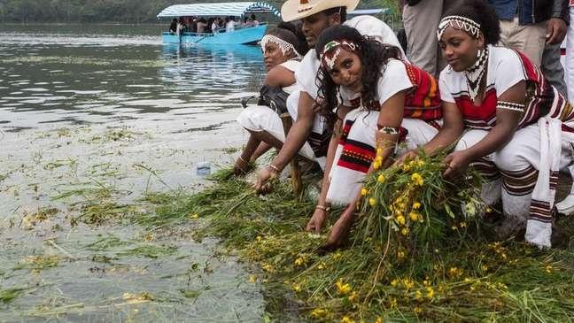 Ano Novo etíope coincide com início da primavera no país; celebrações incluem jogar grama e flores na água, para agradecer a Deus por essa estação