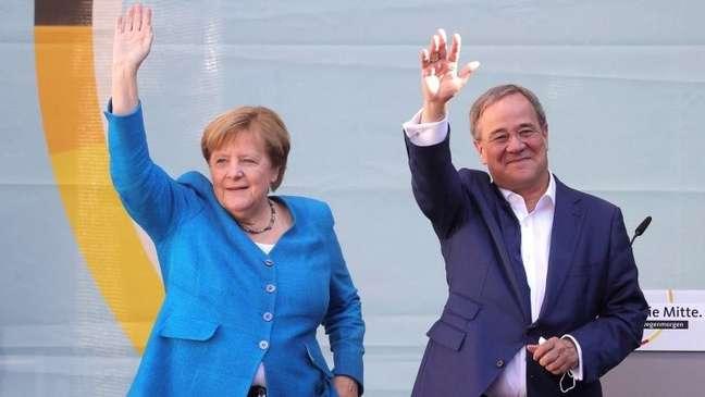 A chanceler Angela Merkel e o candidato de seu partido, Armin Laschet, em um comício neste sábado (25/9)