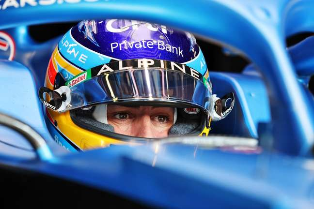 Fernando Alonso larga em sexto