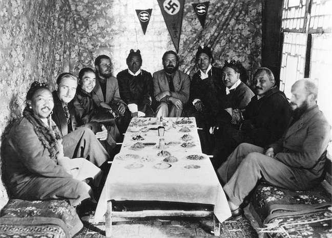 Bruno Beger, segundo a partir da esquerda, e outros em uma reunião em Lhasa, Tibete, em 1939
