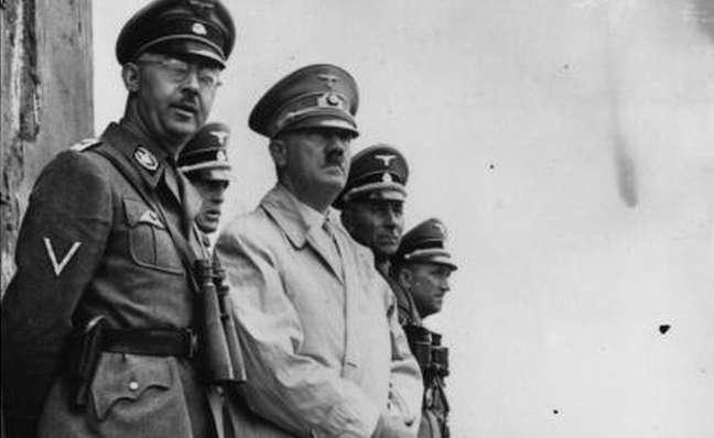 Adolf Hitler, à direita, e o chefe da polícia nazista Heinrich Himmler acreditavam na teoria da superioridade da raça ariana