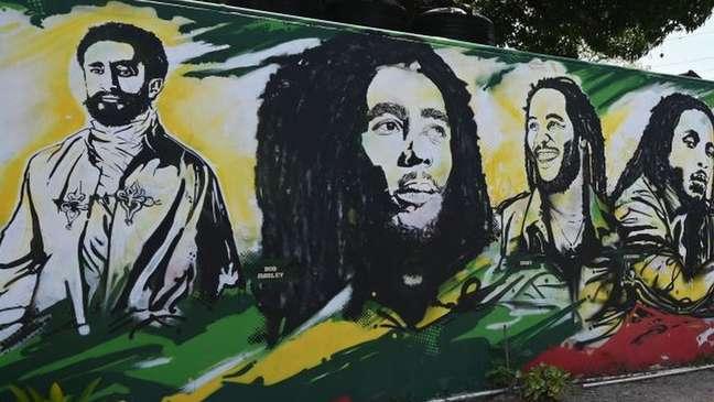 Cristão, Haile Selassie (à esquerda) negou que fosse imortal, mas continua sendo adorado pelos rastafáris