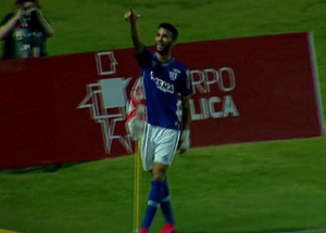 Getúlio comemora seu gol, o primeiro do Avaí no jogo em Maceió (Foto: Reprodução/SporTV)