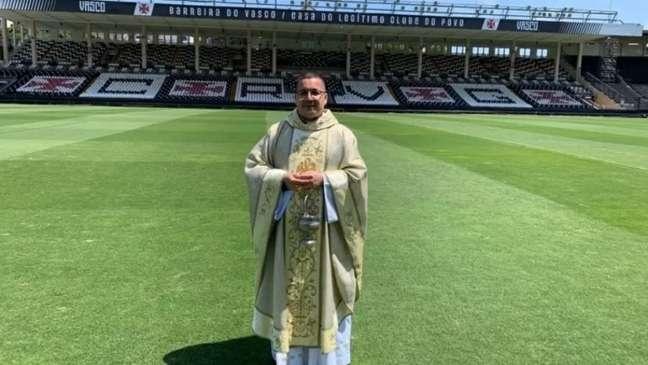Padre Julinho é vascaíno fanático (Foto: Reprodução)