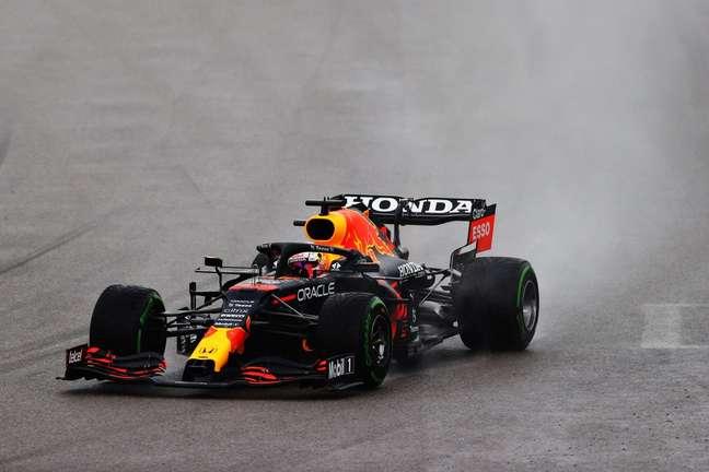 Max Verstappen aproveitou a chuva para garantir o segundo lugar em Sóchi