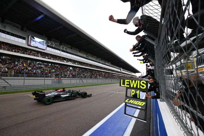Lewis Hamilton conquistou uma vitória histórica neste domingo na Rússia