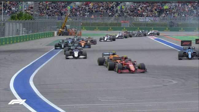 Carlos Sainz assumiu a ponta logo nos primeiros metros do GP da Rússia