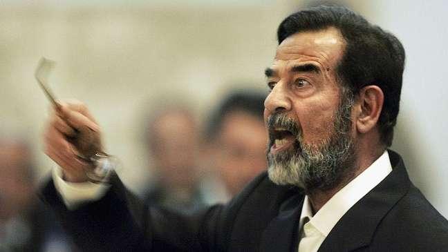 Saddam Hussein testemunhando durante seu julgamento em Bagdá em 2006