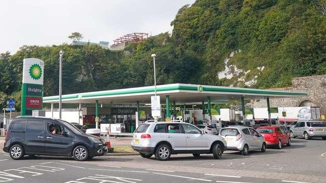 Motoristas tentam abastecer ante possibilidade de desabastecimento no Reino Unido; secretário de Transportes diz que pessoas correram por 'pânico'